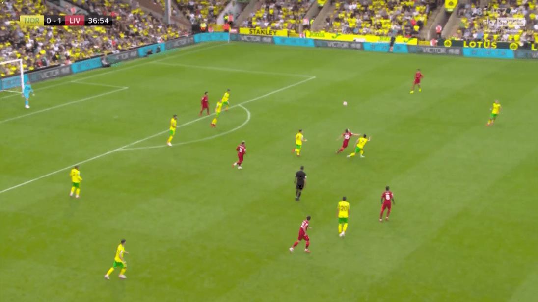 Pha bóng khiến hàng thủ Norwich chao đảo